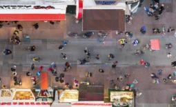 """Fotograaf Marc Faasse laat het massatoerisme in Amsterdam van bovenaf zien: """"Ik vang ze met hun eigen wapen"""""""