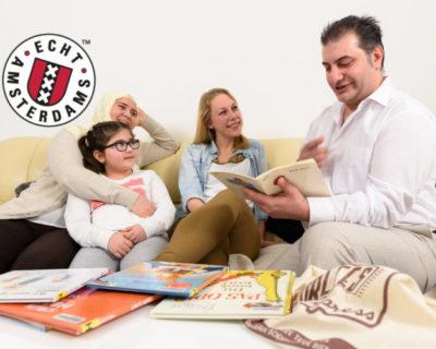 De VoorleesExpress Amsterdam stimuleert de taalontwikkeling van kinderen bij hen thuis